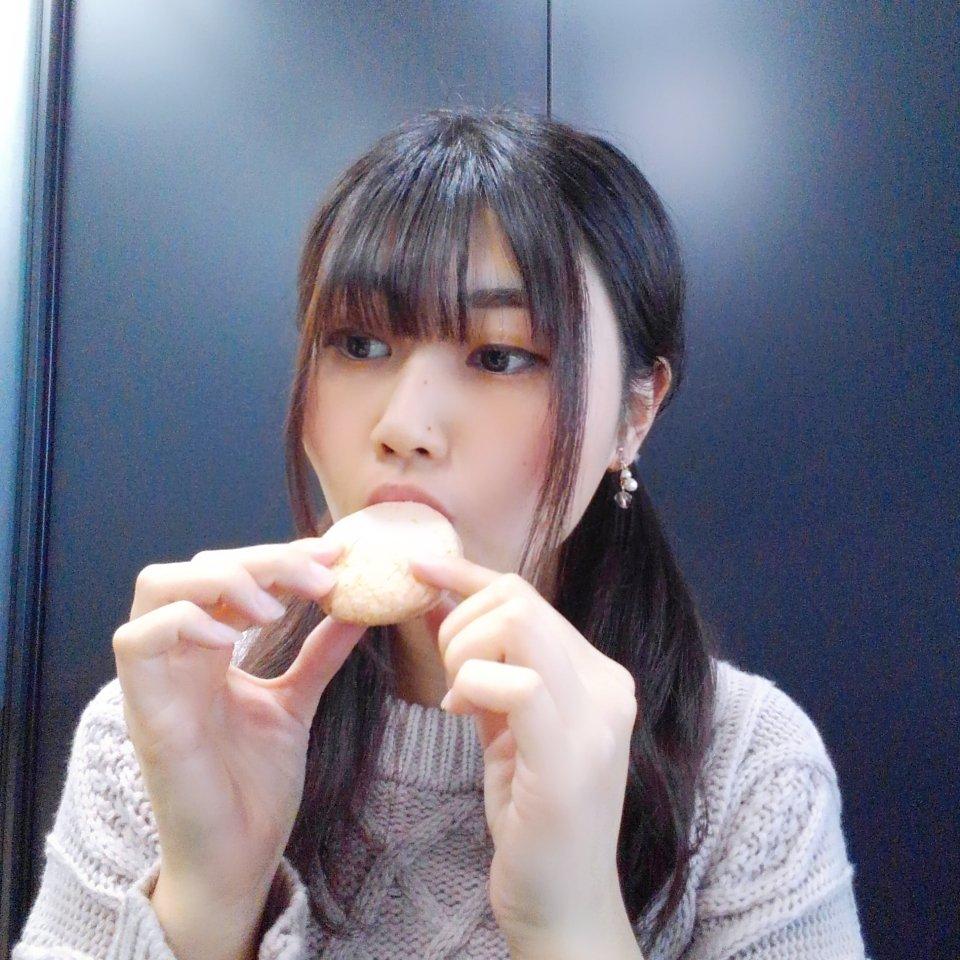 test ツイッターメディア - おもちをフランス生まれのおしゃれな 焼き菓子ガトーでサンドしたお菓子 「名古屋ふらんす」が大好きなんだ~♥️  限定出荷のつぶつぶ苺が とっても美味しいの😋  ぜひみんなも食べてみて🍓  おやすみなさい🌙  #名古屋名菓 #名古屋ふらんす #斉藤邑奈 https://t.co/rZJO4o8s6b