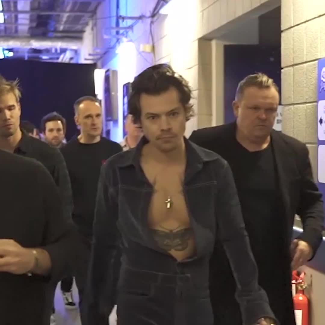 fancy a little walk with @Harry_Styles? 😍(his lil wave at the end 😩) #CapitalJBB
