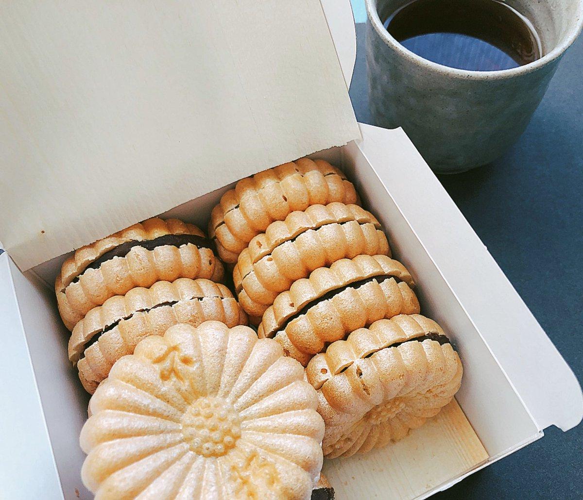 test ツイッターメディア - 今週のおやつは久しぶりに不朽園の最中だよー٩(*⁰▿⁰* ٩) 和菓子はこれか芳光のわらび餅を推します(=ΦωΦ)و☆ あ、雀おどりの芋ういろも好き。 それから、すやの栗きんとんと舟和の芋羊羹と出町ふたばの豆餅と阿闍梨餅と(以下略) https://t.co/VULIWrsKdT