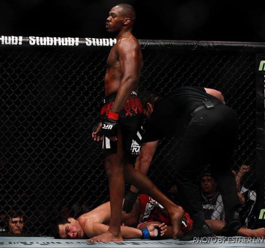 Eight years ago today, Jon Jones successfully defended his LHW title at #UFC 140 against Lyoto Machida - choking 'The Dragon' out cold with a stand a standing guillotine.   This amazing snap from the 🐐 @allelbows of Lyoto passed out still gives me chills to this day. https://t.co/5DJqArjqnq