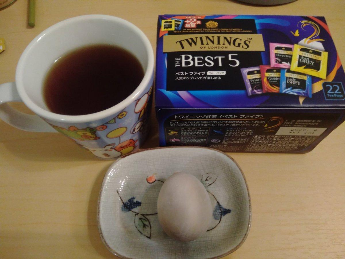 test ツイッターメディア - 優雅な夜のティータイム いつもはルピシアのティーを飲んでいるが、たまに別のメーカーのティーをいただきたいと思います。  今日のティーはTWININGSの「アールグレイ」、柑橘系の爽やかな香りがする人気の味。  お茶請けは東京名物「ごまたまご」、いつもカモメのたまごと勘違いする。 https://t.co/uZLAP1EM31