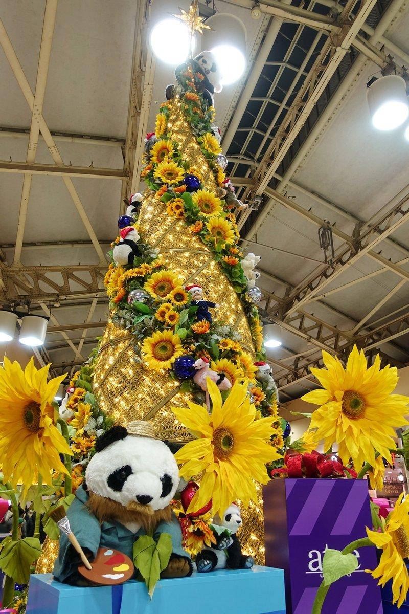 test ツイッターメディア - 上野アトレのクリスマスツリーは上野の森美術館のゴッホ展にちなんで「ゴッホひまわりツリー」 耳に包帯を巻いたパンダがちょっとかわいそう https://t.co/FpA48CC2K6