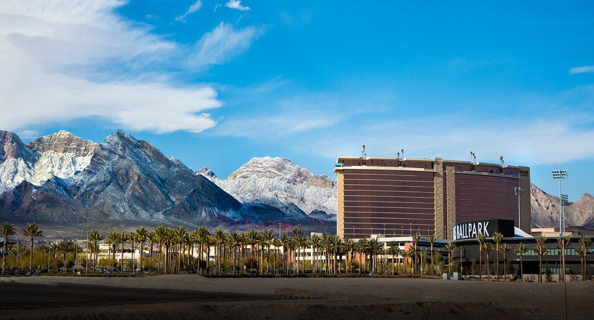 Vegas, we have a beautiful backyard.  📷: