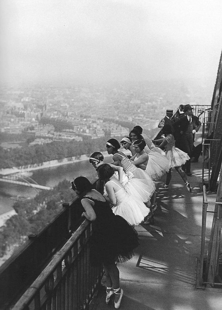 Des danseuses sur la Tour Eiffel en 1929 #ParisAvant https://t.co/r7XvYmHKX9