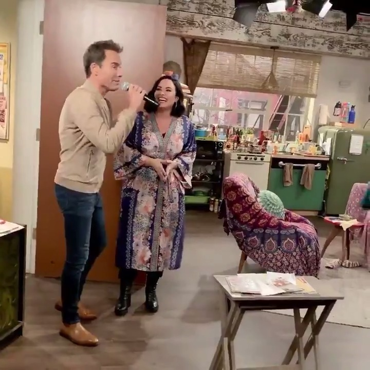 Here's what 𝙧𝙚𝙖𝙡𝙡𝙮 happened when Demi made her first entrance on #WillAndGrace. 🗣💕