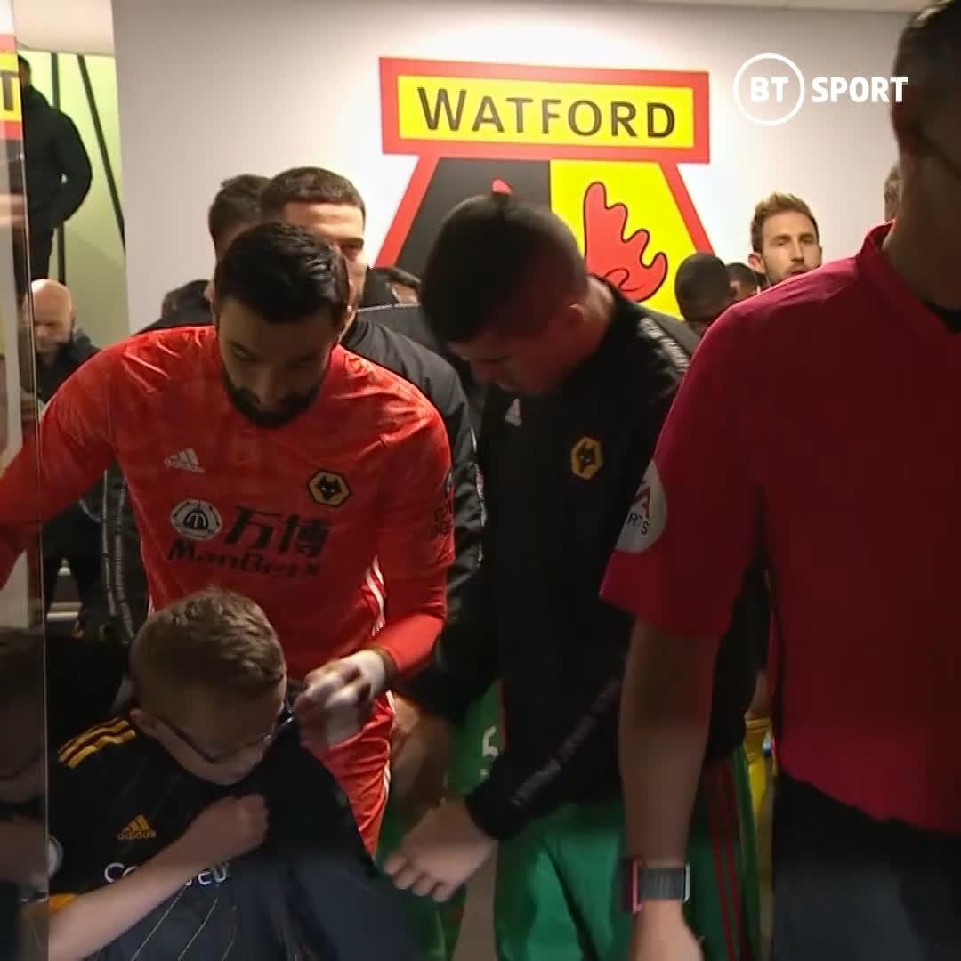 Más jugadores cómo Rui Patricio, portero del Wolverhampton, notó que el niño tenía frío y le cedió la sudadera👏👏👏👏