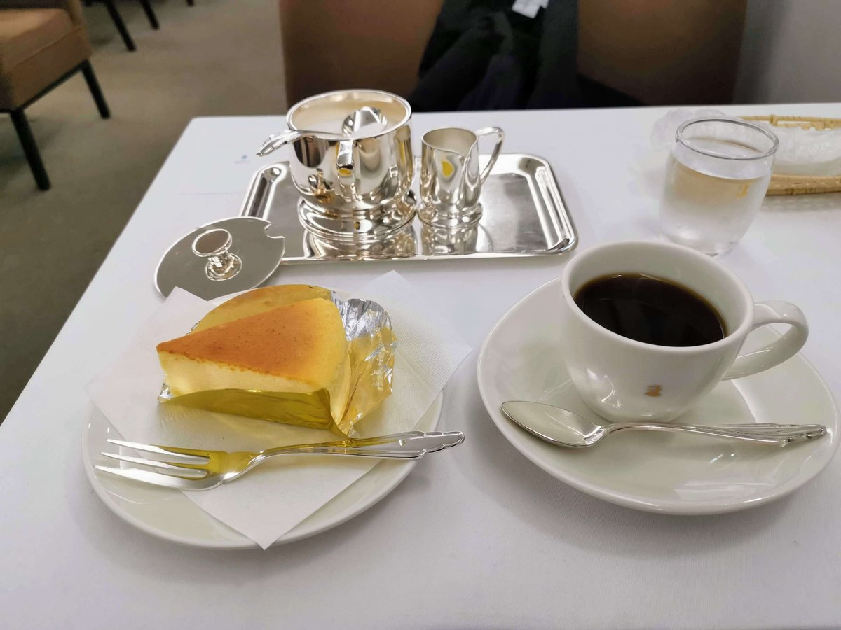 test ツイッターメディア - 銀座ウエストの「ふんわりチーズケーキ」。 1947年創業の老舗の喫茶店。レアチーズケーキが人気のようですが売り切れとのことで今回はこちらを。 スフレのようなふわふわした優しい食感もありながら、レアのようなしっとり感も。そしてチーズの旨味もしっかり楽しめるレベルが高いチーズケーキでした。 https://t.co/Y11nCx7gCR