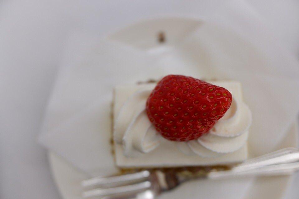 test ツイッターメディア - 【銀座ウエスト】銀座本店 ショートケーキは幸せの味。 飲み物はロイヤルミルクティー。 #純喫茶コレクション https://t.co/084IIbPCSq