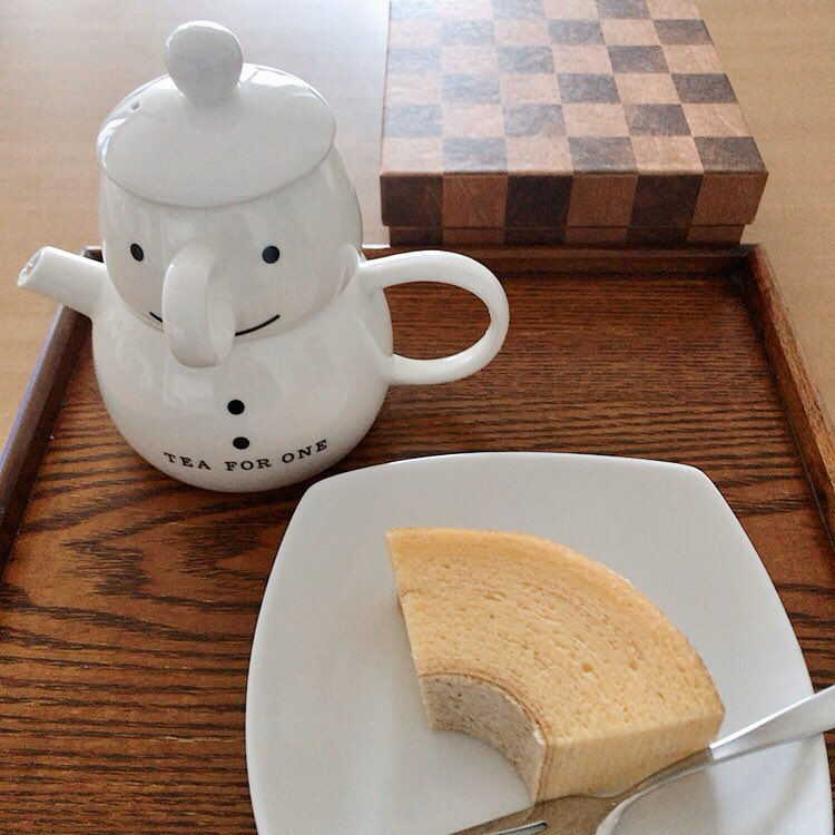 test ツイッターメディア - 今日の朝おやつは、イベントでいただいたクラブハリエのバームクーヘン。 この市松模様の箱、みくりちゃんが年末年始の平匡さんのご実家お泊りミッションの時に手土産で持って行ったやつですね。 卵の味がしてしっとり、周りの砂糖衣がシャリシャリ。 間違いない! 間違いない美味しさです。 https://t.co/GSI2guIsZS