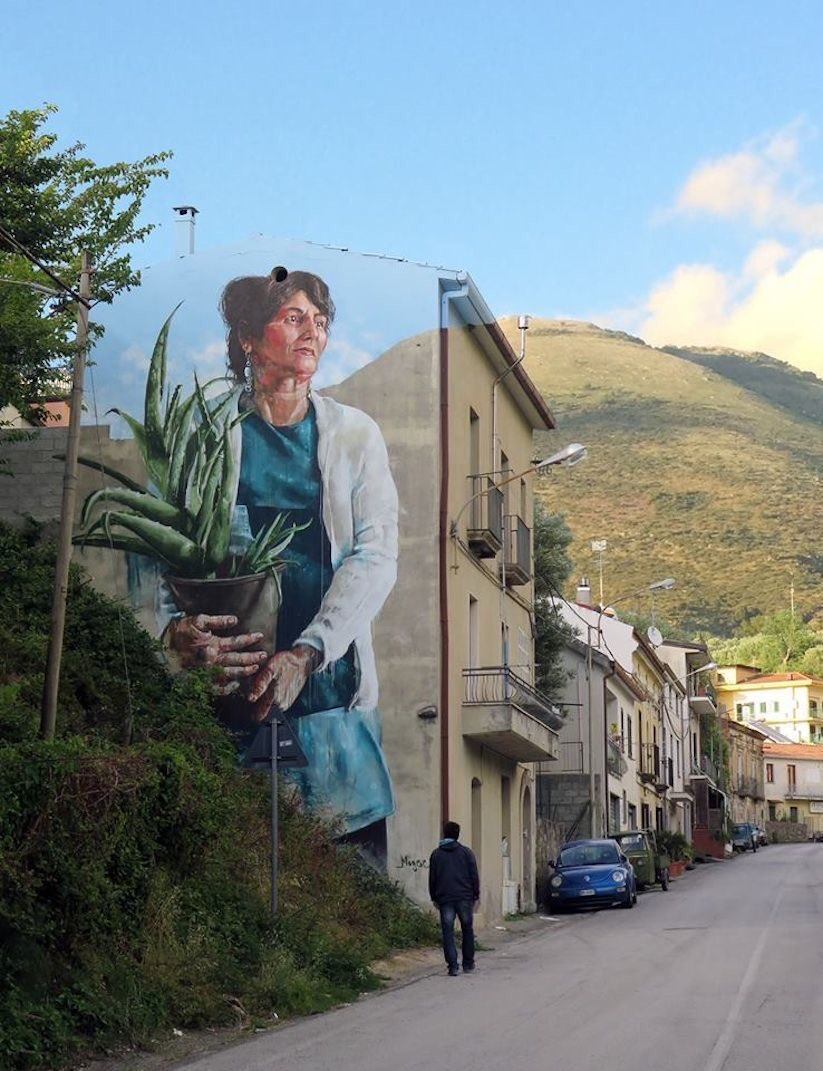 The lady with the Aloe Vera plant is by Fintan Magee.  Australian and excellent at these works of art https://t.co/ntazSobj82