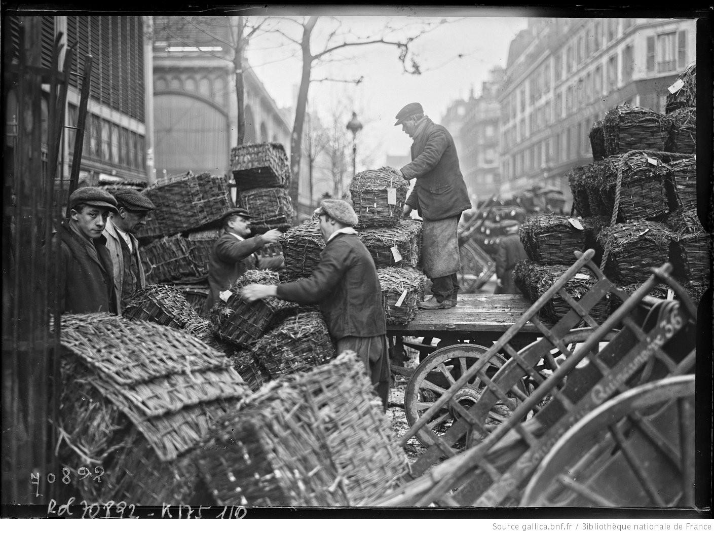 La vie des Halles au petit matin en 1921 : on charge, on décharge et on se prépare pour une longue journée de vente ! #ParisAvant https://t.co/x5YB4EudDZ