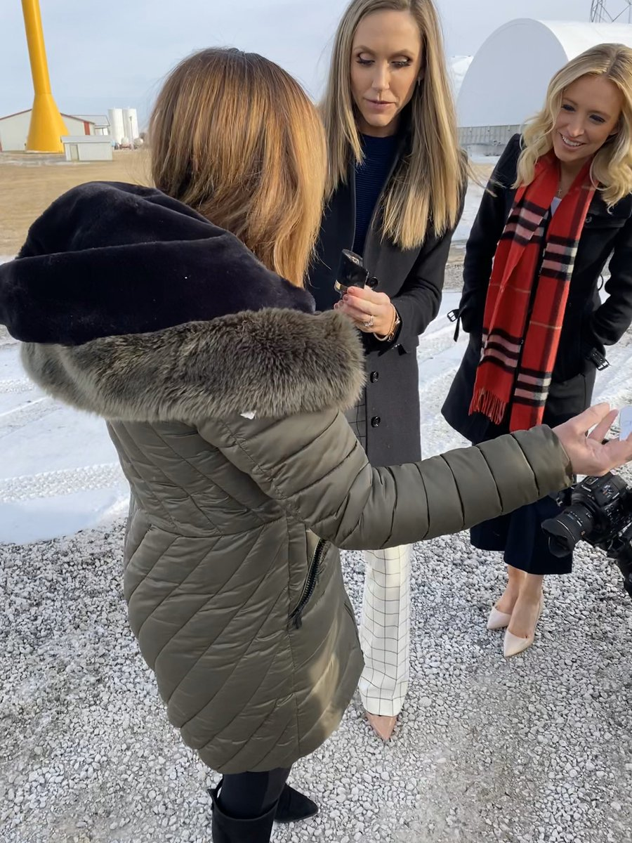 When it's so cold your shoe breaks on the selfie stop! Aw poor @mercedesschlapp   Rest In Peace boots! #WomenForTrump #bustour #LeadRight