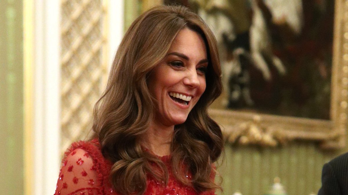 test Twitter Media - #KateMiddleton steelt de show in een rode fonkelende avondjurk van dit Britse modelabel: https://t.co/Y402p9pMke https://t.co/cBs0wKdkiL