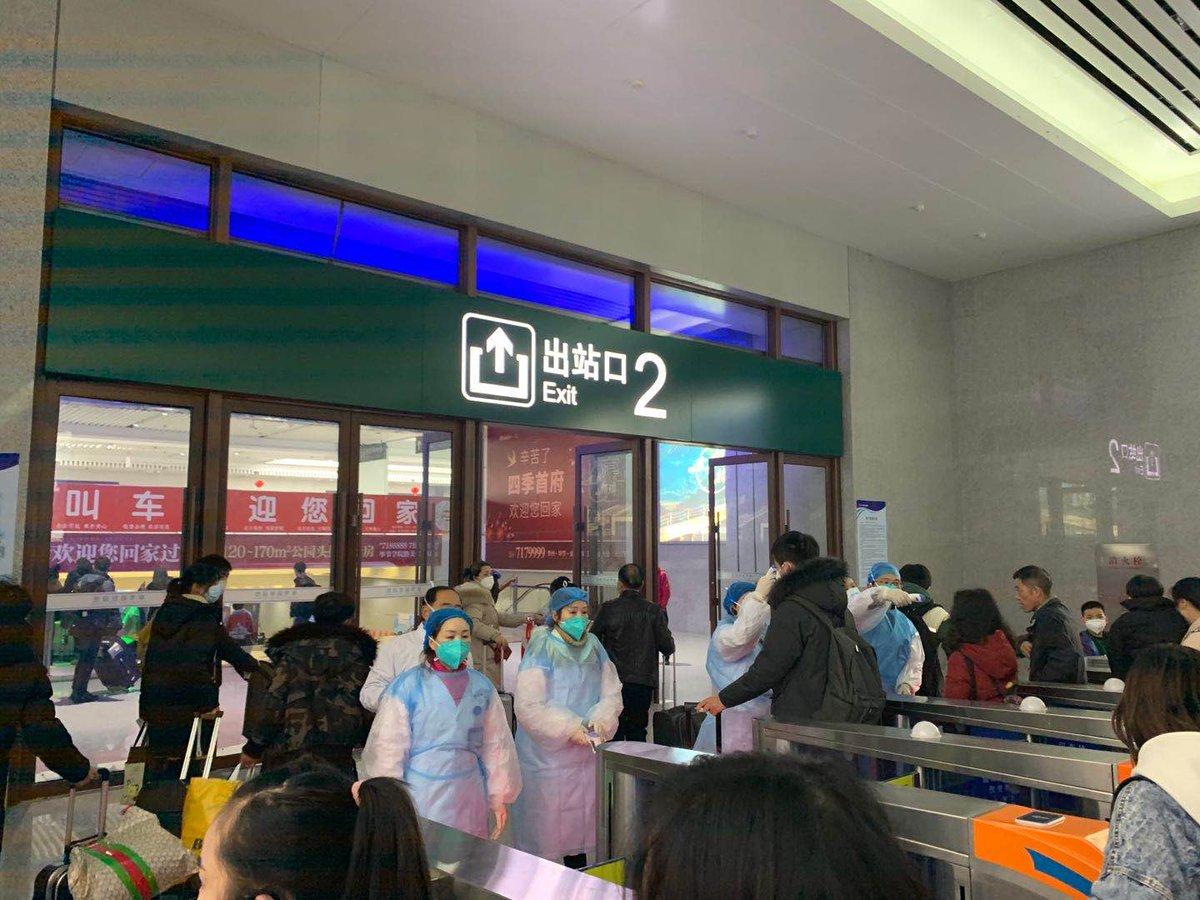 test Twitter Media - In Peking groeit de angst. Zeker nu bekend is dat sommige besmette mensen geen koorts hebben. Grote evenementen om Chinees Nieuwjaar te vieren zijn afgelast. Sommige mensen blijven thuis, te bang om samen nieuwjaar te vieren. Situatie op vliegveld in Guizhou⬇️ https://t.co/yk1VHELW99