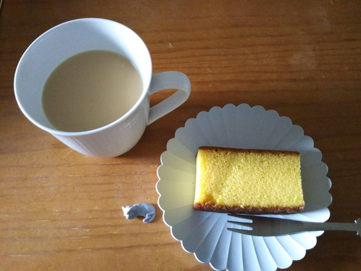 test ツイッターメディア - 今日のお茶は、菱和園さんの「農薬を使わず育てた紅茶」です。 紅茶を濃くいれて、牛乳をたくさんいれて、レンチンで温めます。 牛乳は白バラ牛乳です。  おやつは、福砂屋さんの「カステラ」。  #茶好連 https://t.co/XeRvzt4kbF