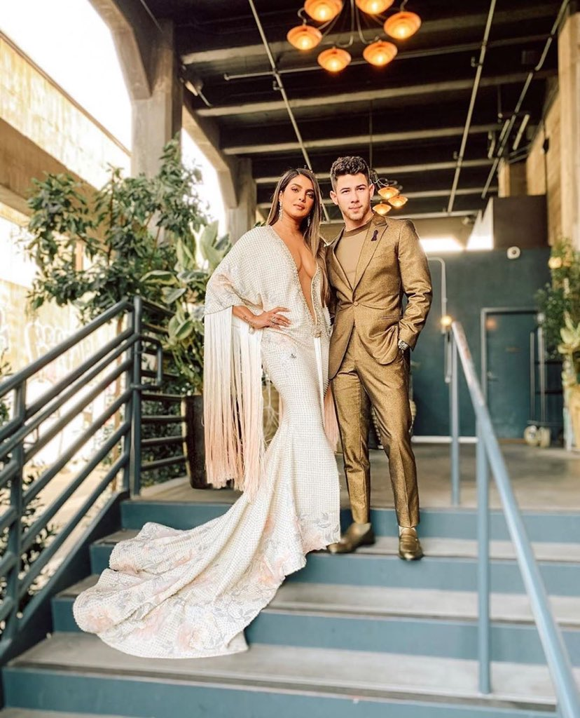 Talk about making a grand entrance... #PriyankaChopra #NickJonas #Grammys https://t.co/tE6WutzZLY