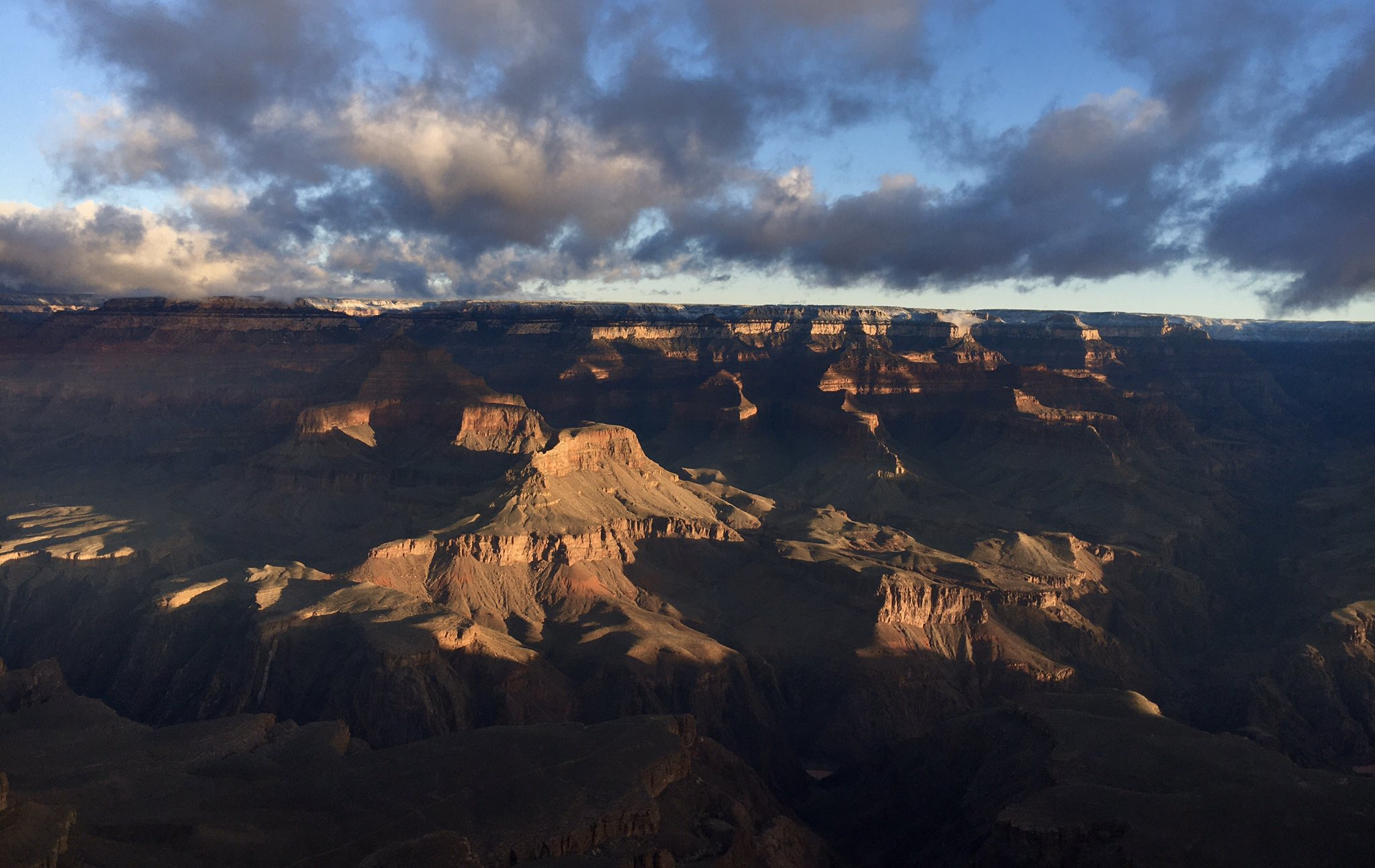 A dusting of snow last night, with a winter storm passing through this morning. (Monday, January 27, 2020) Dry weather returns tonight through Wednesday morning. Another chance of showers arrives Wednesday afternoon through Thursday morning. #GrandCanyon #RightNow #Arizona https://t.co/LBz45mswPW