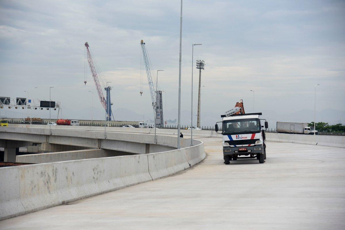 O presidente @jairbolsonaro e o ministro do @MInfraestrutura, @tarcisiogdf, inauguram, neste sábado (15), as obras da alça de ligação da Ponte Rio-Niterói com a Linha Vermelha, no Rio de Janeiro (RJ). As obras são essenciais para a melhoria da mobilidade urbana na região. ⤵