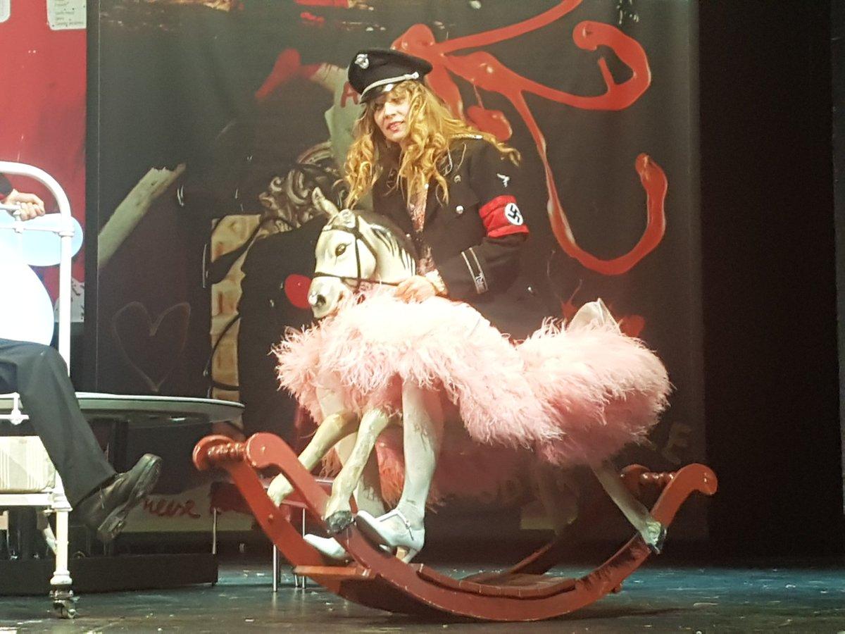 """test Twitter Media - Jonathan Meese mit einer Uraufführung am @SchauspielDo. So wirklich viel hatte das alles nicht mit """"Lolita"""" zu tun. Grotesk witzig, manchmal sogar irritierend war es trotzdem. Diktatur der Kunst eben. https://t.co/oJrgn5nKFo"""