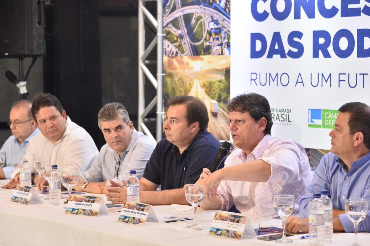 Dando continuidade à agenda no Rio de Janeiro, o ministro da Infraestrutura, @tarcisiogdf, se reuniu hoje (7), em Duque de Caxias, com parlamentares cariocas e prefeitos da região para discutir a concessão das rodovias do RJ e investimentos em infraestrutura para o estado.
