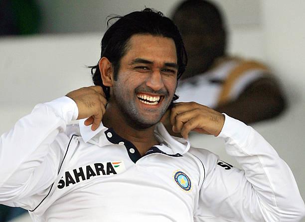 """ஸ்லீவ்வ சுருட்டி வரான் """"காலரதான் பிரட்டி வரான்"""" முடிய சிலுப்பி உட்டா ஏறும் உள்ளார…  #Dhoni #Smile"""