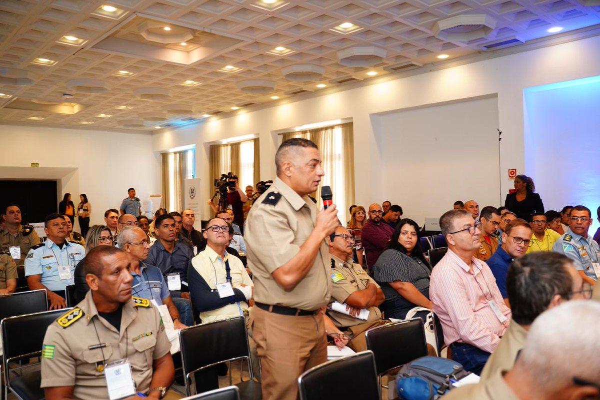 Hoje, em Porto Alegre (RS), ocorreu mais uma rodada de capacitações para implementação das 54 escolas cívico-militares de 2020 (modelo do Gov @jairbolsonaro). 71 policiais, bombeiros e gestores de Secretarias de Educação participaram. Parabéns aos envolvidos nessa honrosa missão!