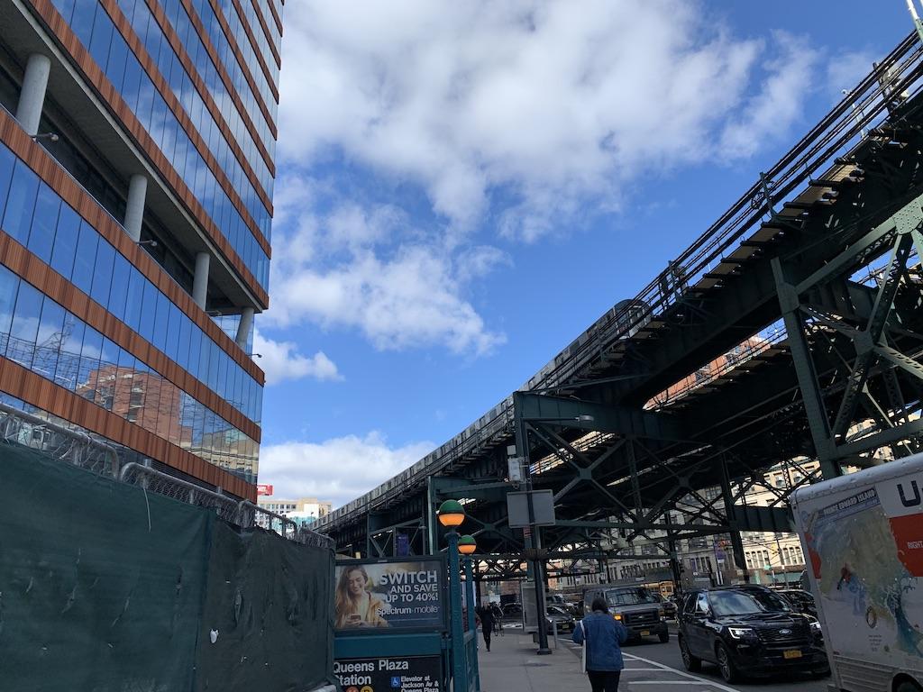 地下鉄クイーンズ・プラザ駅周辺にオフィスビルやら住宅が乱立してきた。ホテルも増えてきたし・・・。 https://t.co/WNdDBFOueo