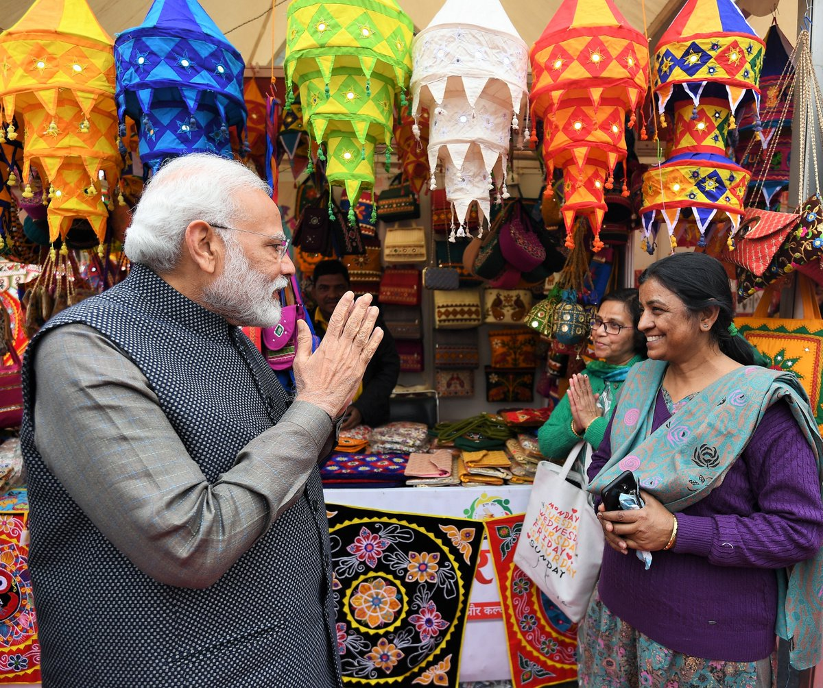 The colours and diversity of India on display...  Spent a wonderful afternoon at #HunarHaat on India Gate. It showcases the best of products including handicrafts, carpets, textiles and of course, delicious food!   Do visit it. https://t.co/7NxOm5ZW4Z