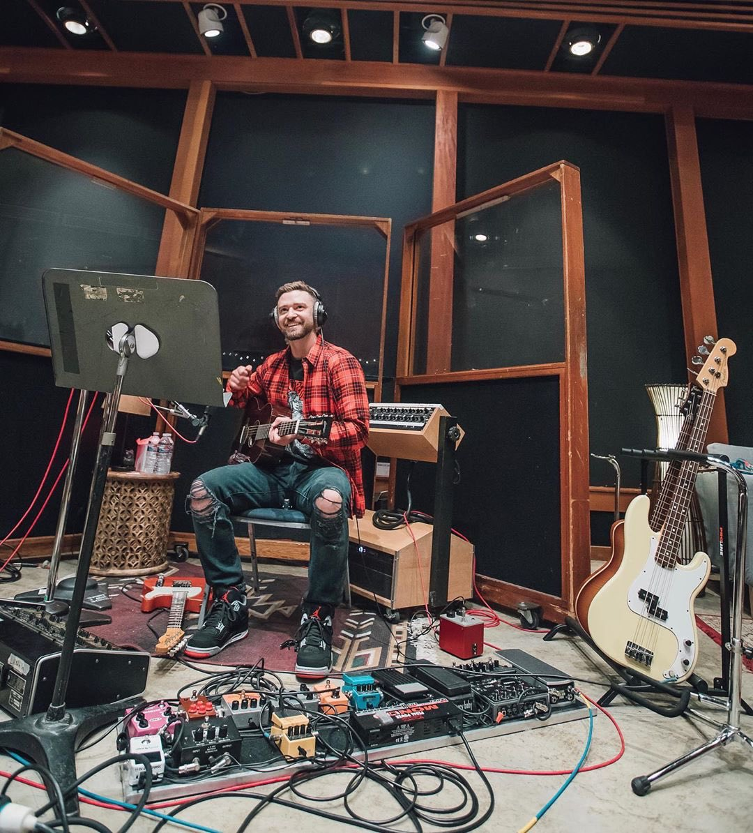 .@JTimberlake broke out Jordans for new studio sessions 🎸