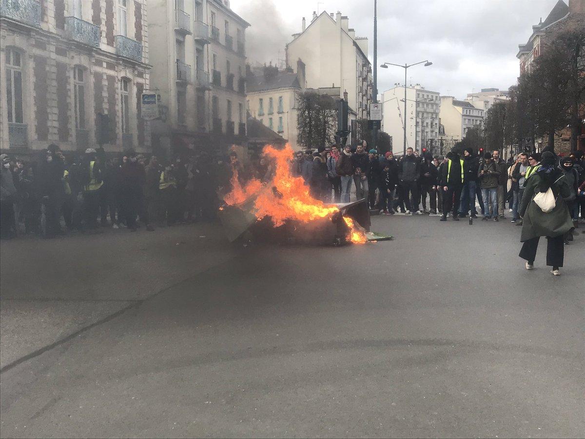 #reformedesretraites #Rennes D'autres poubelles en feu au carrefour de la rue d'Isly et du boulevard de la Liberté. «les gilets jaunes!», scandent quelques manifestants.