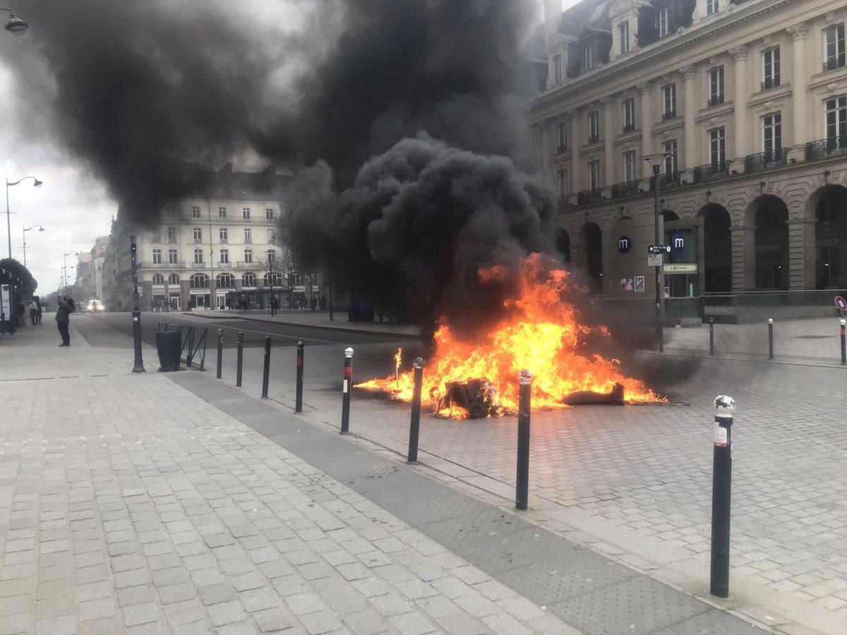 Manifestation contre la réforme des retraites à #Rennes. Poubelle en feu, place de la République. @bleuarmorique
