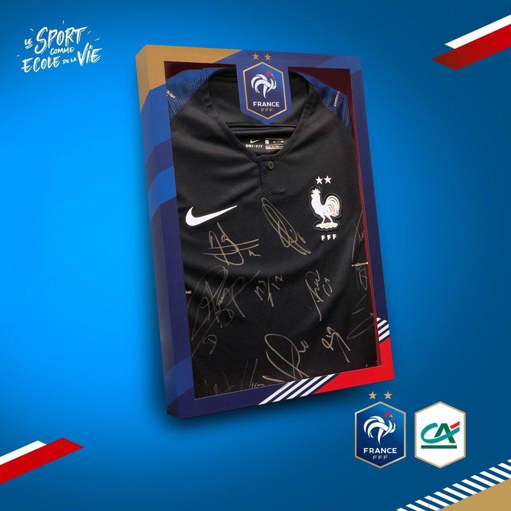 🎁 Tentez de gagner un maillot dédicacé par les joueurs de l'@equipedefrance ! ✍️  🔁 RT + FOLLOW @tousuncotefoot   🍀 Tirage au sort le 27 février
