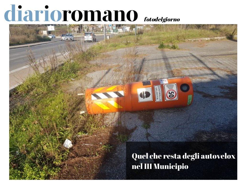 test Twitter Media - Via della Bufalotta altezza civico 556. Sta buttato così, in terra, da oltre un anno. Un vero spauracchio per gli automobilisti indisciplinati! . #buonaserata #Roma #photo #lettori #città #segnalazioni #decoro #decorourbano https://t.co/z4Zm68H7Yn