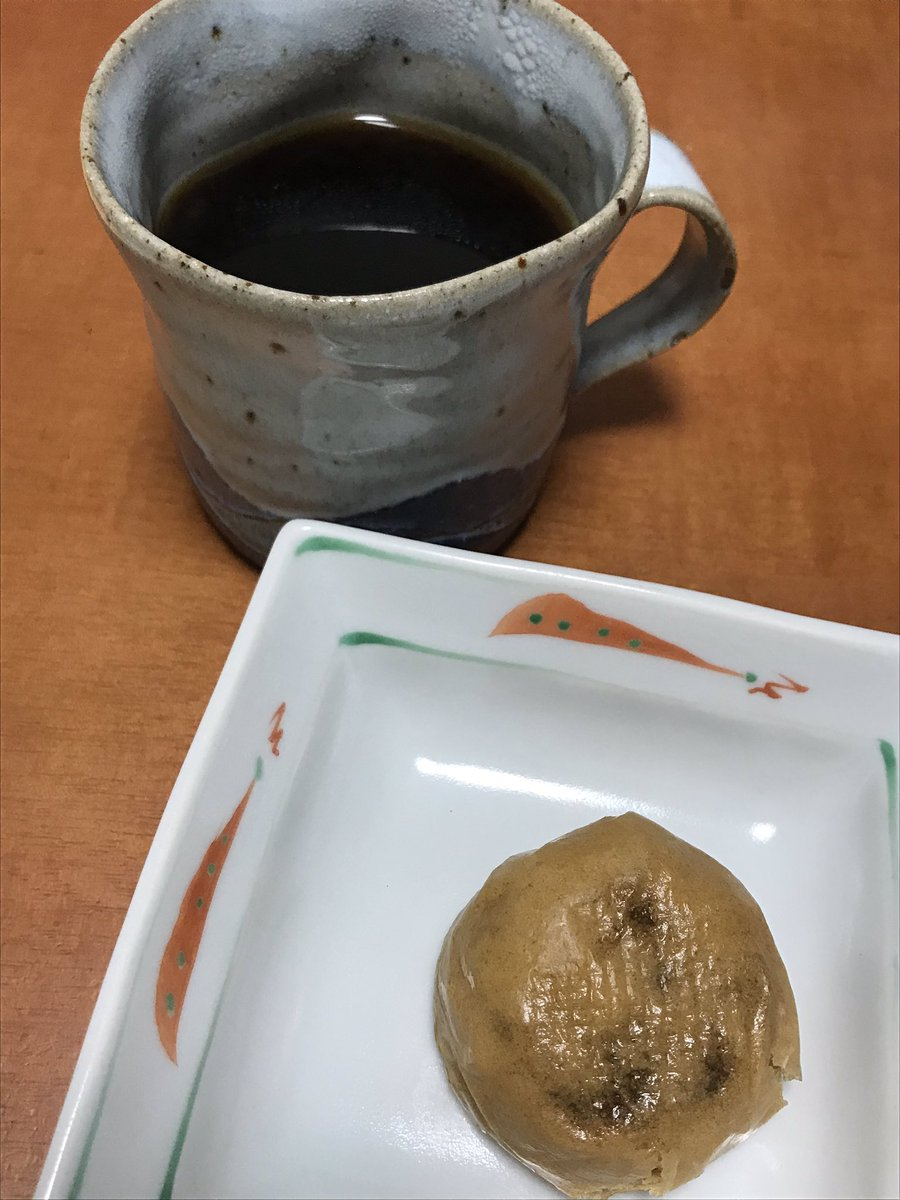 test ツイッターメディア - 自宅でのコーヒータイム🏠 先日郡山で購入した柏屋の薄皮饅頭とともに…まあ、これは普通の饅頭という印象😅 ともあれ、これで、岡山伊部屋の大手まんぢゅうに続き、日本三大饅頭の2つ目を制覇しました😋 残りは、中央区明石町の塩瀬総本家の志ほせ饅頭だッ‼️😆  #コーヒータイム #饅頭 #郡山 https://t.co/FQb4ErXmVS