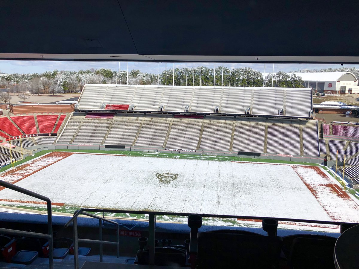 RT @NCStateCALS: Something looks different here, but we kind of like it. #SnowDay ❄️🏈 https://t.co/1vW2Jhhfg1