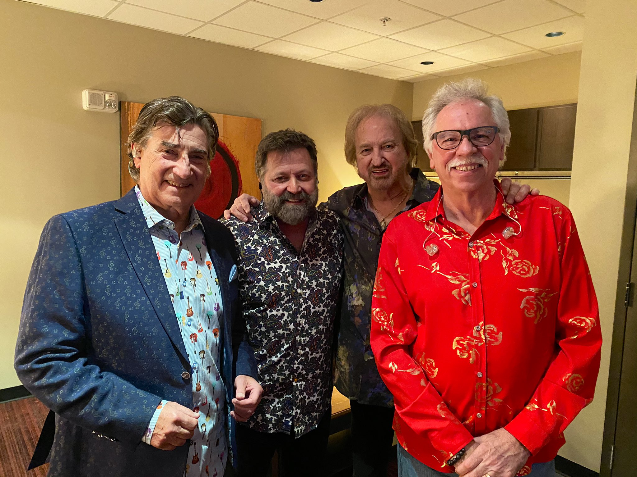 This is your Oak Ridge Boys tonight .... thank you @michaelsykes121 for being here ... @DUANEALLEN and @MichaelGreen77 just led us in prayer that our show would go well and  @wlgolden will be feeling much better ... AMEN!!!! Let's SING! https://t.co/u8x3e5jeFF