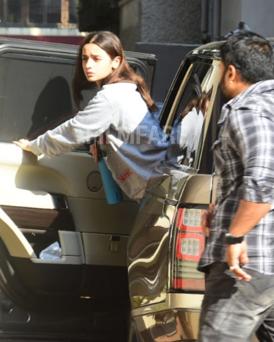 #AliaBhatt drops in to visit #KatrinaKaif at her residence.
