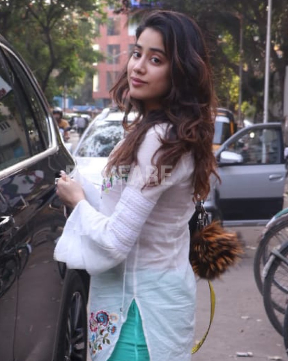 #JanhviKapoor rocks ethnic wear as she gets papped in the city.