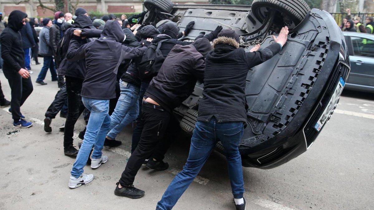 Une voiture officielle retournée à #Lille lors de la manifestation des #GiletsJaunes ? -->