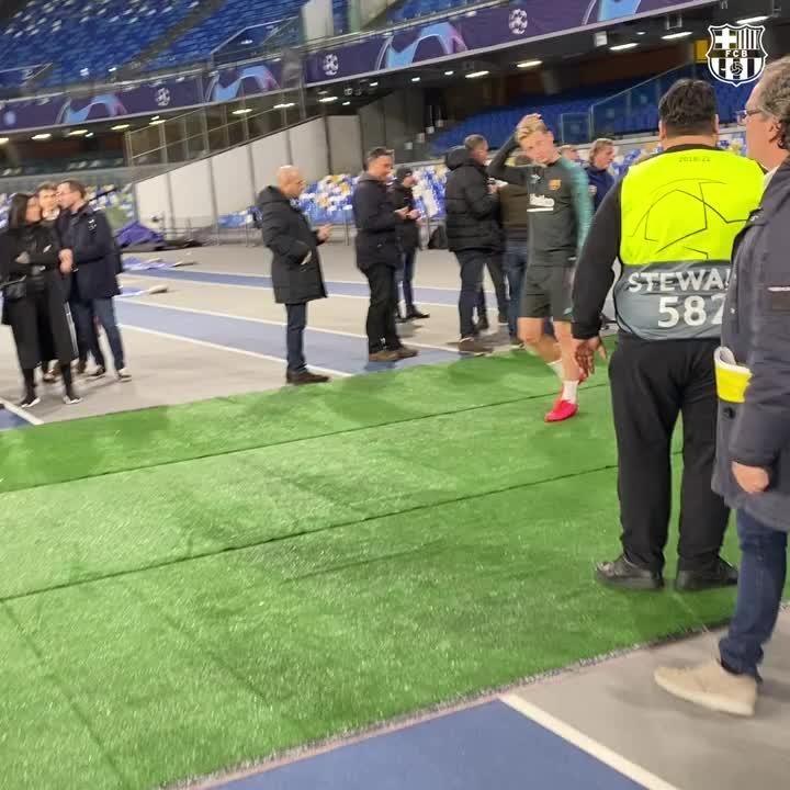 RT @FCBarcelona: Hello there, @DeJongFrenkie21! 😉 https://t.co/Pcm8xoxpqE