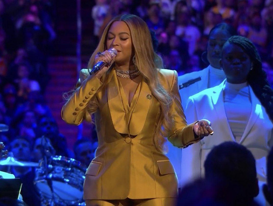 Beyoncé performing at the Kobe and Gianna Bryant memorial 💜💛