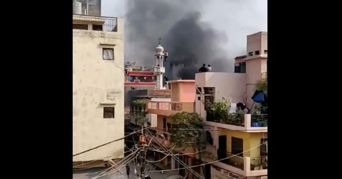 Delhi Riots: Mosque Set on Fire in Ashok Nagar, Hanuman Flag Placed on Minaret Shops near the masjid were being looted, with locals describing the looters as 'outsiders'.  Naomi Barton -wires
