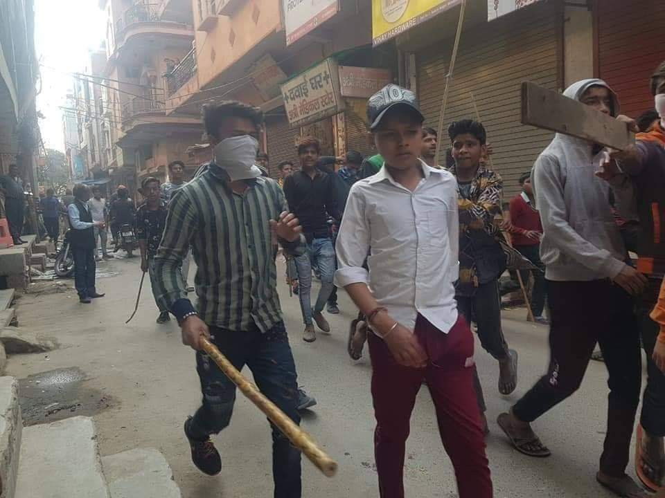 This is what the Sangh Parivar is doing to your children. A whole generation is being slowly poisoned through whatsapp propaganda, through passing on misinformation and hate lessons in textbooks, rewriting of history. (1/2) #DelhiRiots #Delhigenocide @beemji