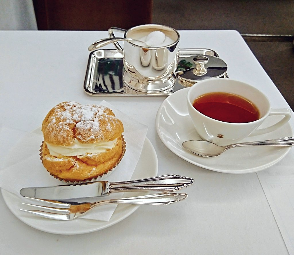 test ツイッターメディア - ⚜️セレブ喫茶コレクション ③⚜️ ナイフとフォークの添えられた気高いシュークリーム。 手で掴んでかぶり付きたい衝動を抑えつけ、フォークでエレガントにクリームをすくう。 庶民の日常生活に、たまに欲しくなる程よい緊張感。  @銀座(ウエスト) https://t.co/GocrwKL56s