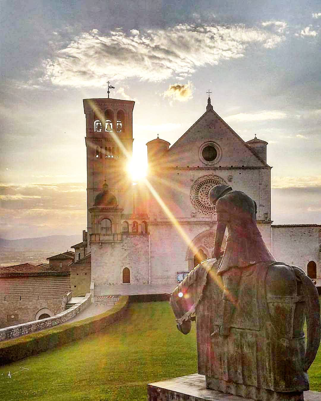 [...] Upon that side, Where it doth break its steepness most, arose A sun upon the world  An excerpt of the shining description of St. Francis of Assisi made by #DanteAlighieri in The Divine Comedy (Paradise, Canto XI)  #Italycomestoyou #DanteDay  📷 IG orazioparisi20 https://t.co/z3gE9oY2Lk