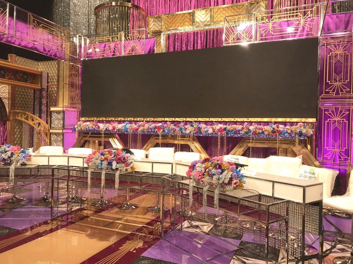 【いよいよ明日】リハが終わって誰もいなくなったセット、、明日はこのMC席に #中島健人 さんと #平野紫耀 さんが立つのです…!最近何かと話題になった #澤部祐 さん、そして #浜辺美波 さん、#古坂大魔王 さんなどなど音楽を愛するゲストもいらっしゃいます!ワクワク.。.:*☆#PremiumMusic2020