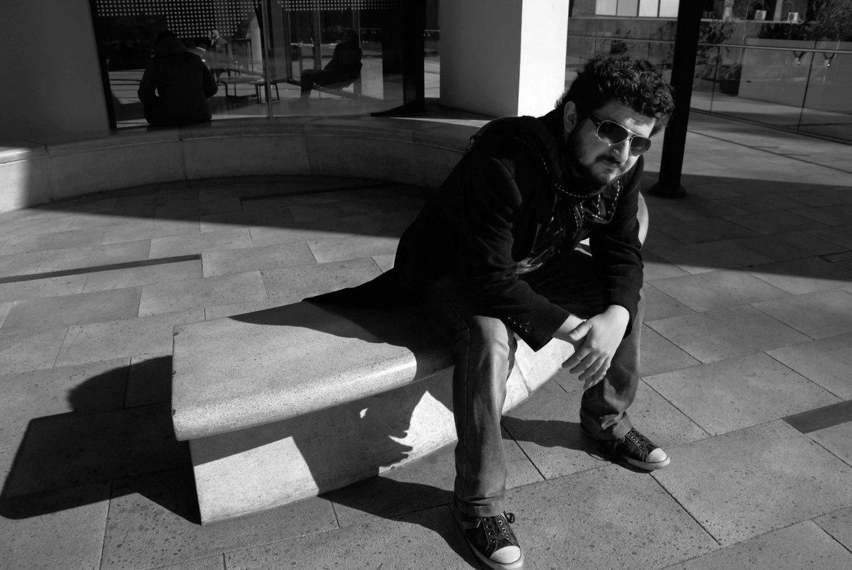 """test Twitter Media - Daniel Chiang vuelve a sus orígenes con """" Sobran excusas""""🎧. Con un sonido más vintage, el cantautor que este año cumple 1 década de trayectoria 👏, presentó el primer single de su cuarto disco 💿. La canción ya está disponible en plataformas digitales ->https://t.co/OKVPEZ25GW https://t.co/vp1wvpGIFb"""