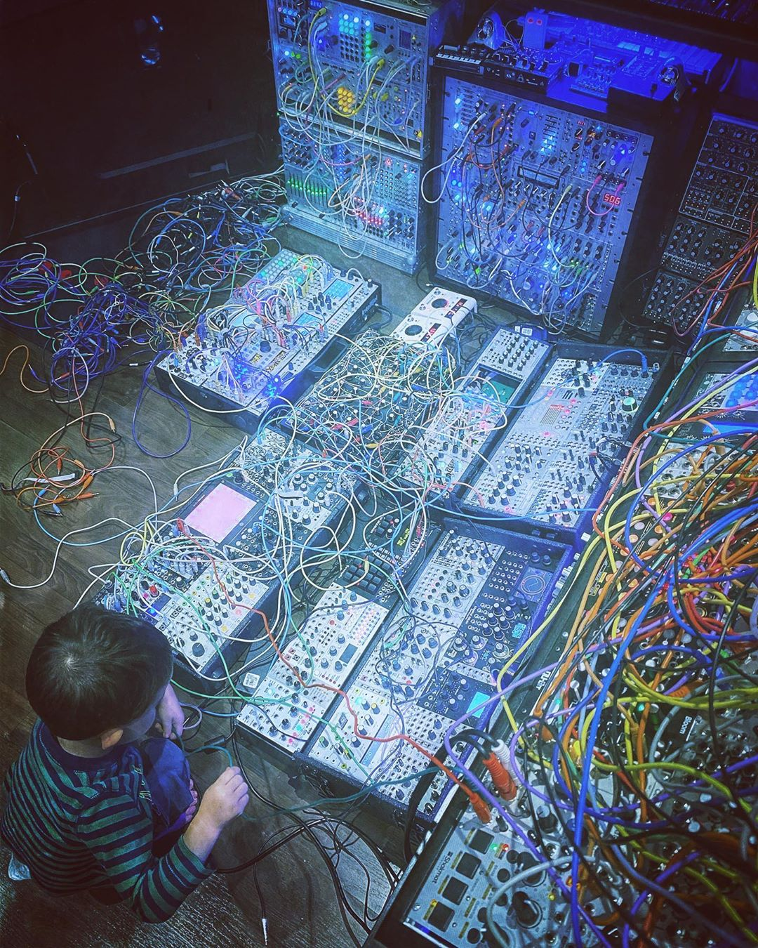 Teach 'em while they're young! 📸@RichardDevine   #SynthSaturday #ModularSynth #PatchCables https://t.co/aaxICFW3ov