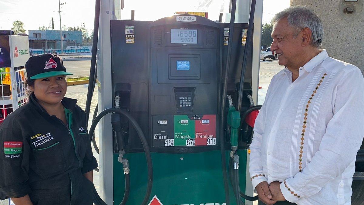 ¡Ánimo! A pesar de la caída en el precio del petróleo, que desde luego nos afecta, tomamos la decisión de reducir el precio de la gasolina porque ahora nos está costando menos su importación. Esto es fortalecer la economía popular frente a la adversidad.