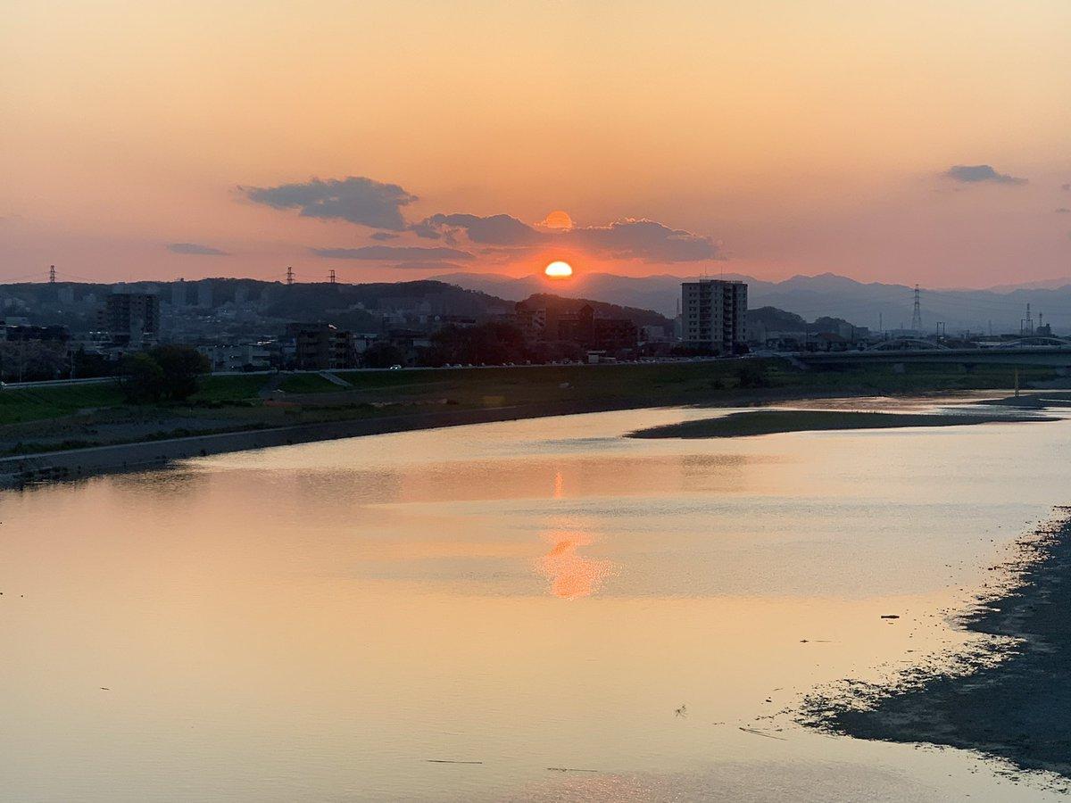 test ツイッターメディア - 京王相模原線の多摩川橋梁からの眺め。昨日帰宅する時には夕焼けがことのほか美しかった。普段この電車に乗っている人が、こういう身近な風景の決定的な瞬間に見向きもしないのは勿体ないと思う。 https://t.co/xJeIbcmFrk